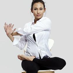 cours de yoga sur chaise 45 60 minutes. Black Bedroom Furniture Sets. Home Design Ideas